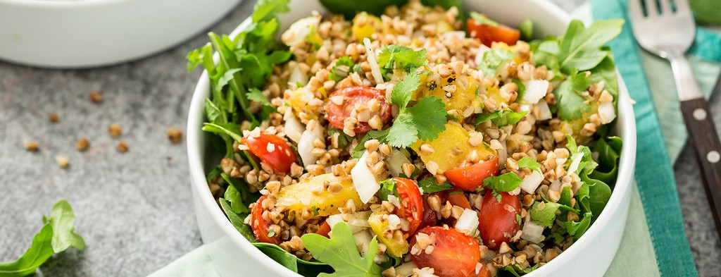 Salad with tomatoes and buckwheat